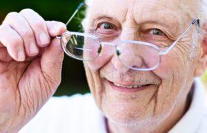 пожилой человек с плохим зрением